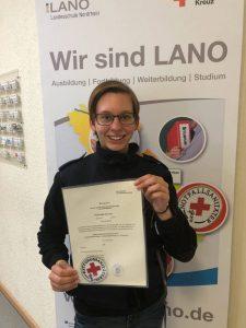Annika Schulze mit ihrer Rettungssanitäter-Urkunde