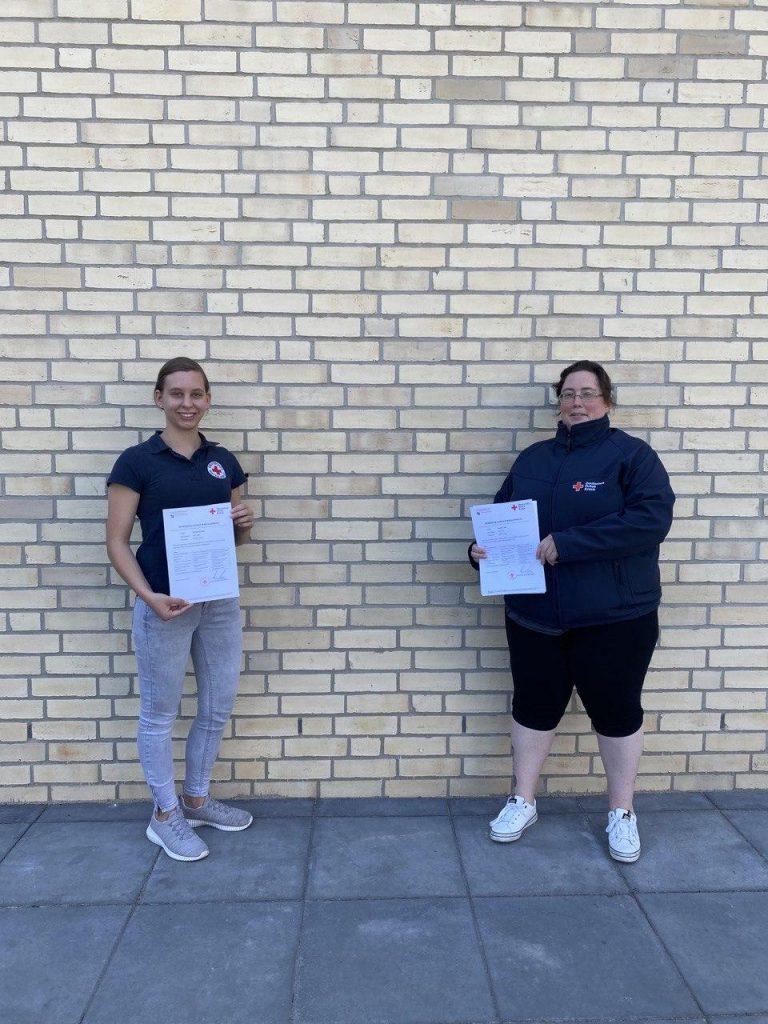 Annika Schulze und Daniela Fahl (v.l.n.r.) nach erfolgreich abgeschlossener Ausbildung zur Leitungskraft im DRK